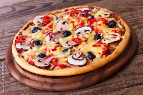 Plakat Pizza z owoce morza na drewno stole