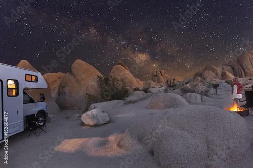 Fotografie, Obraz Campen mit dem Wohnmobil unter Sternenhimmel und Milchstraße im Joshua Tree Nati
