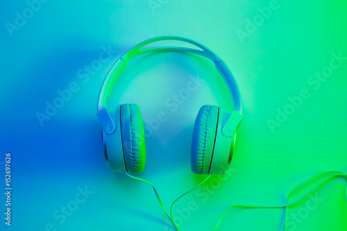 Fotografia  Headphones on vibrant colorful background - poster