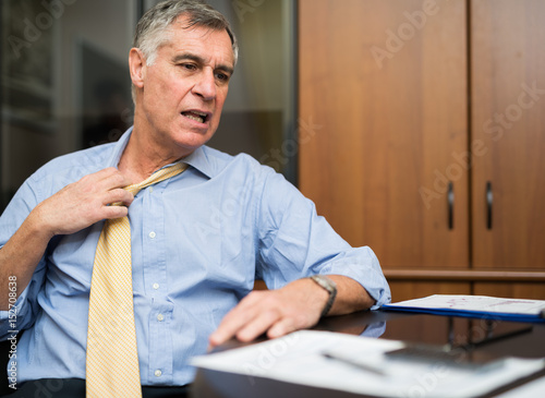 Fotografía  Businessman sweating in his office