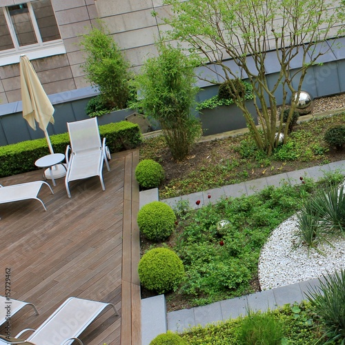 Roof Top Garden Terrace Garden Kitchen Garden Vegetable: Roof Garden With Green Plants And Silver Which Balls And