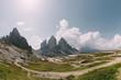 Blick von der Drei-Zinnen-Hütte auf die Drei Zinnen in den Dolomiten, Italien
