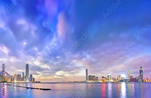 Foto op Aluminium New York Victoria Harbor and Hong Kong skyline at dusk.