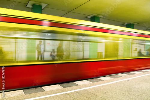 Zdjęcie XXL Pociąg przyjeżdżający na stację metra, Berlin - Niemcy