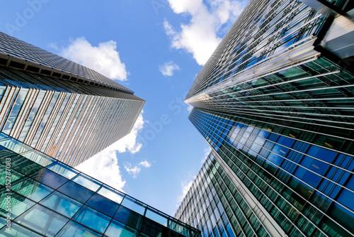 budynki-biurowe-w-londynie-uchwycone-w-sloneczny-dzien