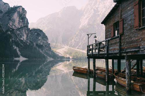Bootshaus am Pragser Wildsee in den Dolomiten, Italien