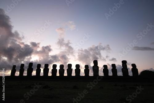 Spoed Fotobehang Begraafplaats イースター島のモアイ象と夕日