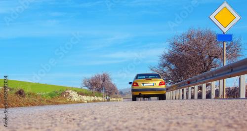Photo Strada con auto e cartello di diritto di precedenza