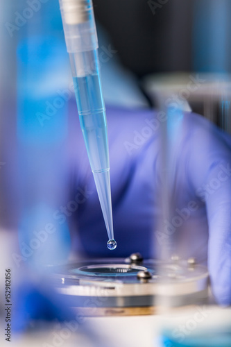 Fotografía  Hands of a researcher carrying out scientific research in a lab