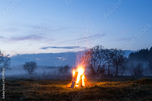 The bonfire flares up and goes out. The night is coming. Fototapete