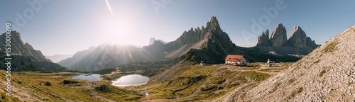 Bödenseen, Die Drei Zinnen, Paternkofel und Drei-Zinnen-Hütte bei Sonnenaufgang