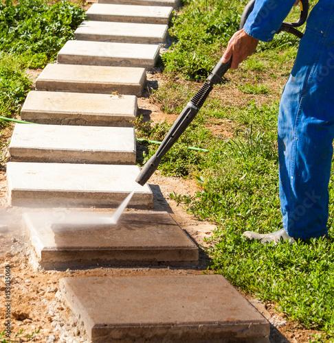 lance du nettoyeur haute pression pour nettoyer les dalles de jardin ...