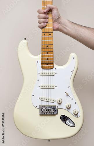 In de dag Muziekwinkel Hand Holding White Vintage Electric Guitar