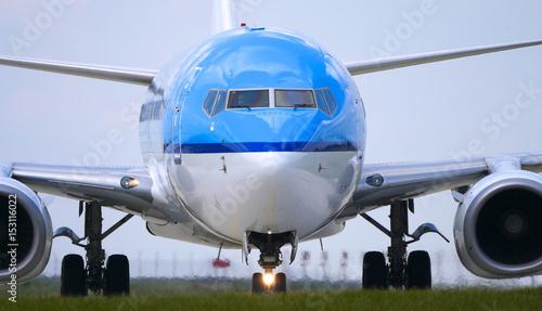 Fotografie, Obraz  avion bleu à l'atterrissage