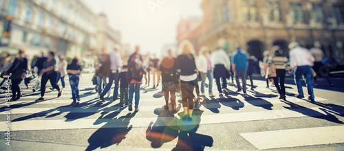 Fotografia Crowd of anonymous people walking on busy city street