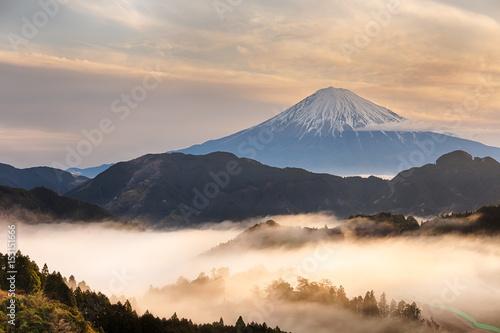 Halny Fuji San przy wschodem słońca z mgłą