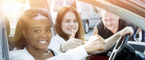 banner Fahrschülerinnen im Auto motivieren mit Flares
