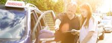 Banner Fahrschule Mit Fahrlehrer Beim Erklären Mit Flares Im Sonnenunte