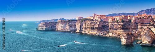 Photo Bonifacio town on beautiful white rock cliff with sea bay, Corsica, France, Europe