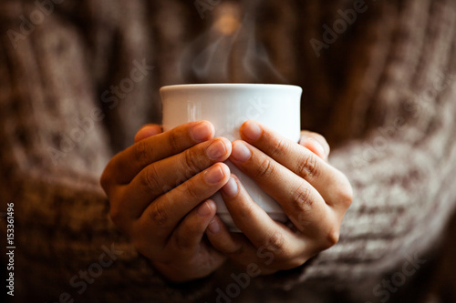 Stickers pour porte The Woman hand holding the cup of coffee or tea in the cafe in rainy day in vintage color tone