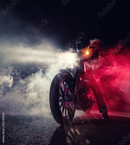 mocna-maszyna-motocykl-w-bialo-czerwonym-dymie-na-czarnym-tle