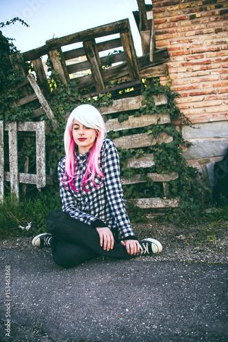 Chica adolescente alternativa con el pelo rosa y blanco, que lleva piercings, co Wallpaper Mural