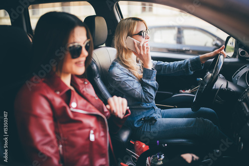 Photo  Two young women friends talking together in the o car as they go on a road trip
