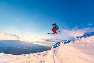 Dobro skijanje u snježnim planinama, Karpati, Ukrajina. Prekrasan zimski zalazak sunca, nevjerojatna skakaonica.