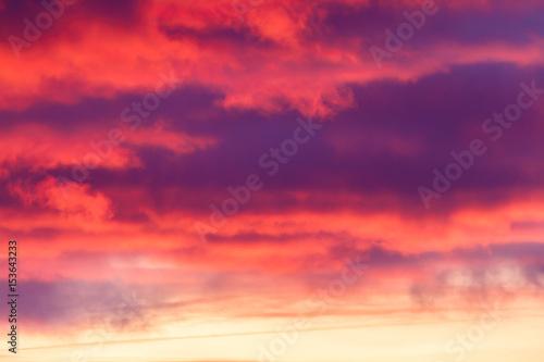 niebo chmury przy zachodzie słońca - 153643233