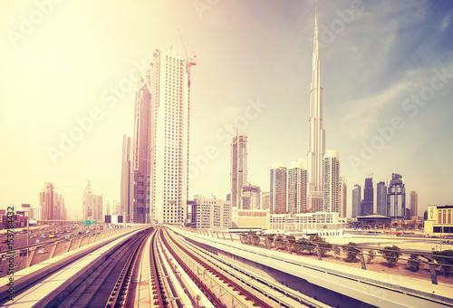 Fototapeta Dubaj nowożytny śródmieście widzieć od metro pociągu, koloru tonowanie stosować, Zjednoczone Emiraty Arabskie.