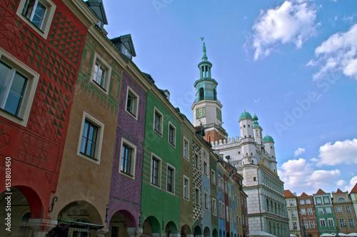 Plakat Linia horyzontu Poznański Stary miasteczko z niebieskim niebem w tle