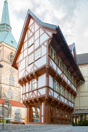 Umgestülpter Zuckerhut in Hildesheim mit der Andreaskirche im Hintergrund Fototapete