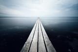 Ein Steg führt direkt ins Meer - 153851682
