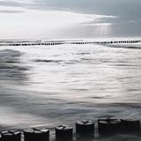 Czarno-białe ujęcie Morza Bałtyckiego z ostrogi o zachodzie słońca - 153949234