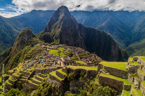 Photo Machu Picchu ruins from above, Wayna Picchu mountain in the background, Peru