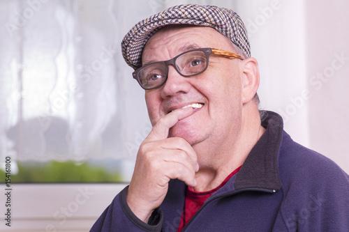 Homme Souriant portrait homme souriant devant la fenêtre - buy this stock photo and