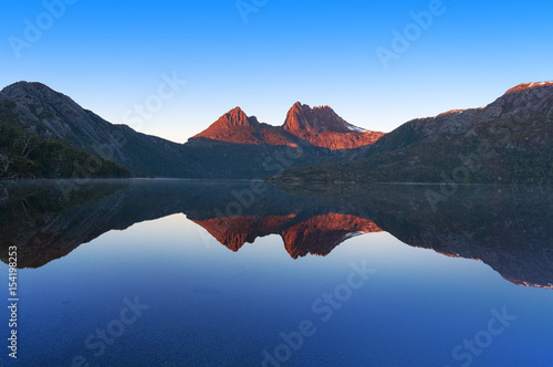 Foto auf Gartenposter Reflexion Cradle Mountain landscape perfectly reflected in lake Dove