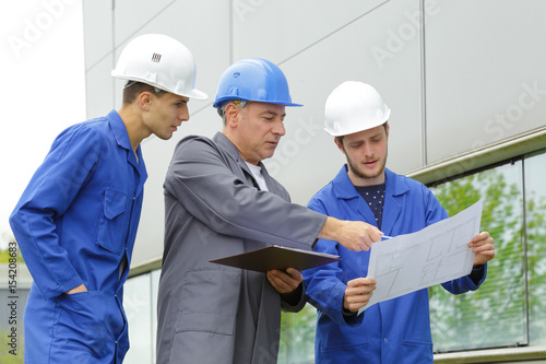 Photo  team of electricians at construction site