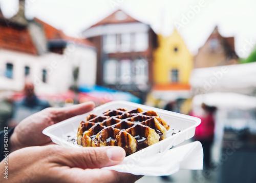 In de dag Brugge Traditional Belgian dessert, pastry - Belgium tasty waffle with chocolate sauce