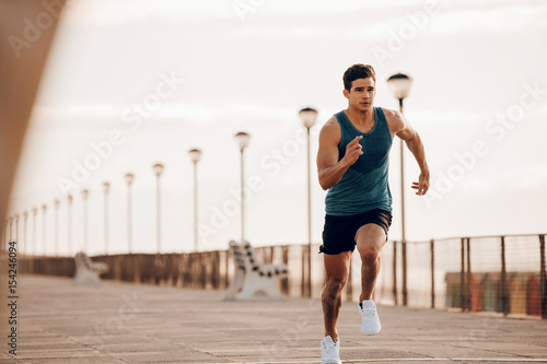 Foto  Male runner sprinting outdoors in morning