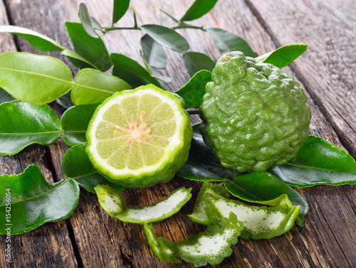 Photo Fresh bergamot on wooden backgroune