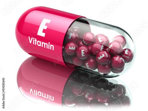 Fotografia Vitamin E capsule or pill. Dietary supplements.