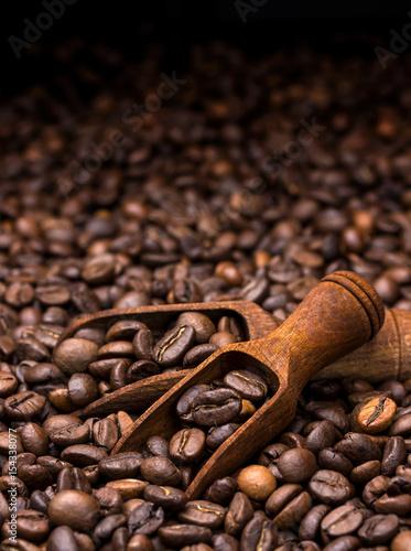 ziarna-kawy-ciemny-tlo-z-kopii-przestrzenia-zakonczenie