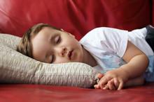 Niño Durmiendo En El Sofá