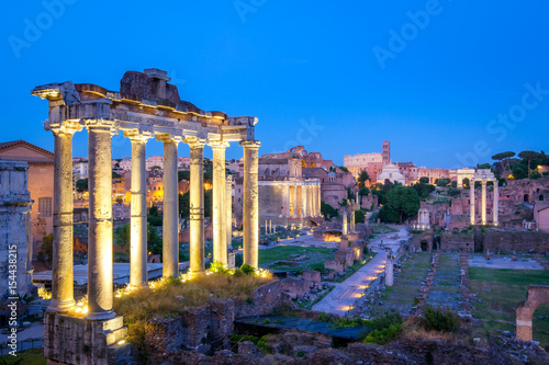 Photo  Forum Romanum archeological site in Rome after sunset