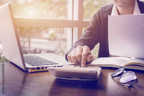 Fotografia  business man or lawyer accountant working on accounts using a calculator and wri