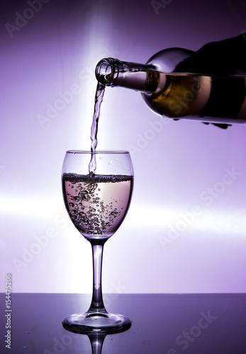 Foto op Plexiglas Bar A glass of dry white wine