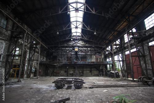 Papiers peints Les vieux bâtiments abandonnés old abandoned hall in train factory