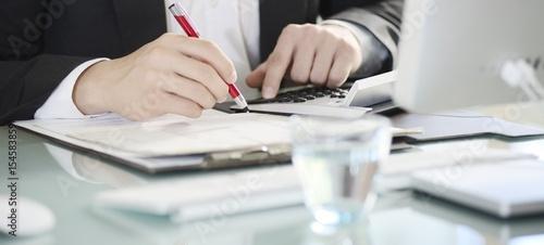 Fototapeta Banner Hände Geschäftsmann kalkuliert mit Taschenrechner obraz