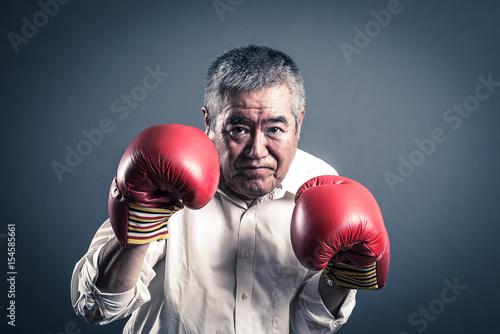 Photo  ファイティングポーズをとっているシニア男性